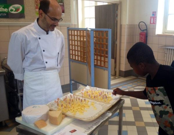 Dégustation scolaire de fromage sarthois  le Refrain  du Pis qui chante à  Villaines-sous-Lucé le 12 octobre 2015 7ed3f57e2a18